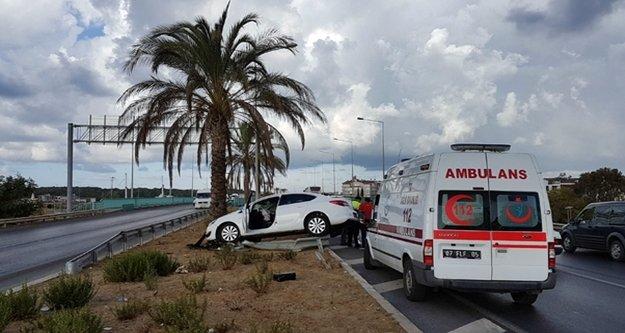 Alanya'da kontrolden çıkan araç bariyerlere çarptı: 2 kişi yaralandı