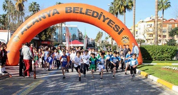 Alanyalı öğrenciler Atatürk'ün anısı için yarıştı