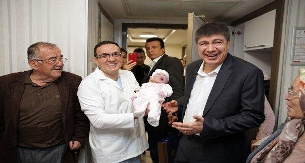 Başkan Türel'den yeni doğan bebeklere 'hoş geldin' ziyaret
