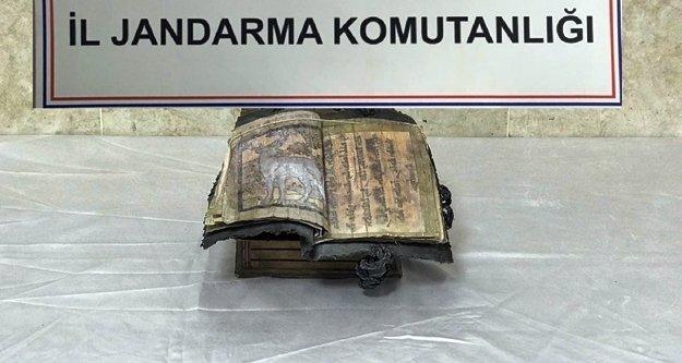 Bizans dönemine ait kitabı satarken yakayı ele verdiler