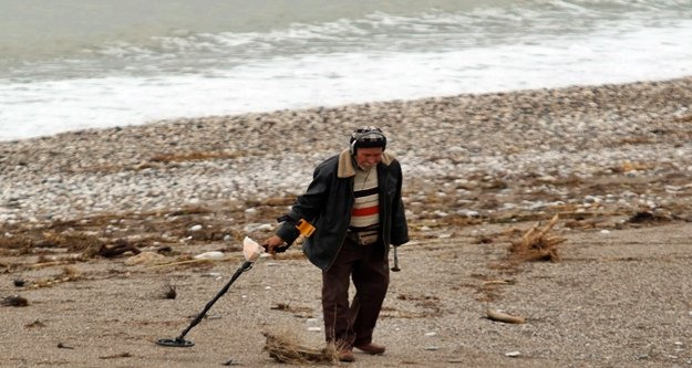 Tatilciler gitti sahiller altın avcılarına kaldı