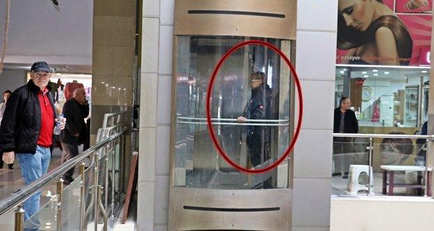 Alman turist AVM'nin asansöründe mahsur kaldı!