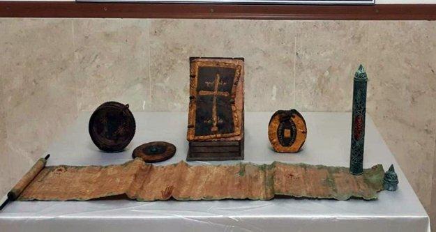 Altın işlemeli 1400 yıllık deri kitap ele geçirildi!
