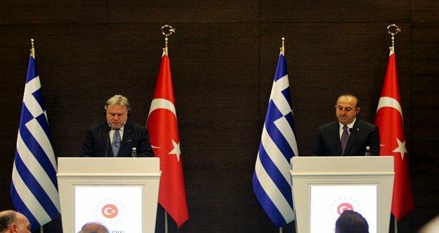Bakan Çavuşoğlu Yunanistan'da açtı ağzını yumdu gözünü!