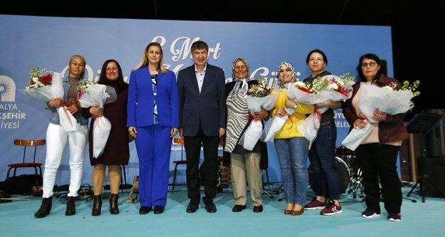 Başkan Türel Büyükşehrin kadın personelini unutmadı