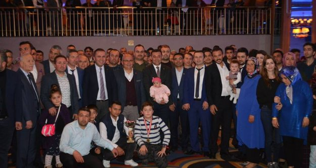 Çamlıca'nın şampiyonları kupalarını Başkan Yücel'in elinden aldı