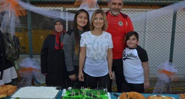 Doğum gününü tenis kortunda kutladı