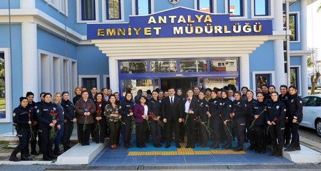 Kadın polisler 8 Mart'ı kutladı