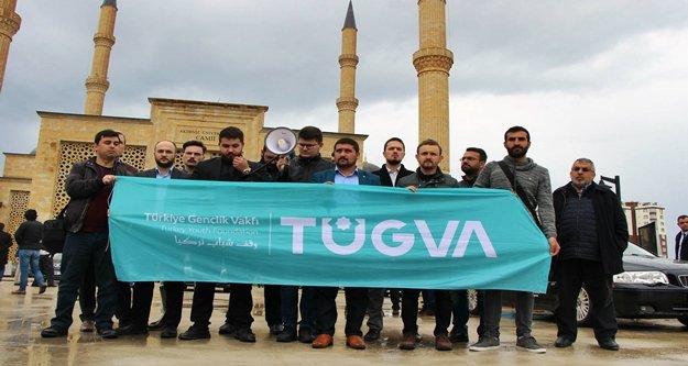 Müslüman kardeşleri için sokağa döküldüler