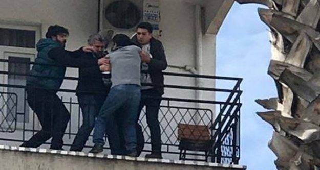 Çocuğunu göremeyince 3. katın balkonunda intihara kalkıştı