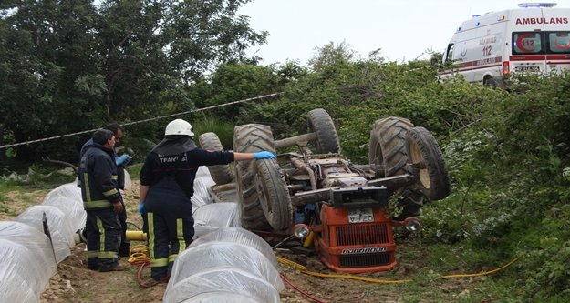 Eşinin kullandığı traktörün altında hayatını kaybetti