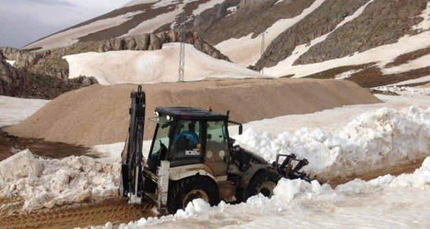 Alanya Belediyesi kar ve heyelandan kapanan yolları açıyor