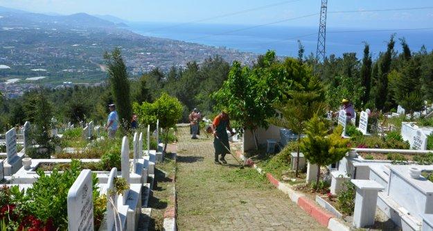 Alanya'da mezarlıklar bakıma alındı