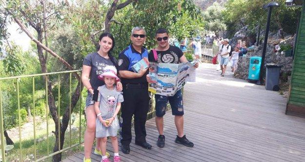 Alanya polisi turistlere rehber oluyor