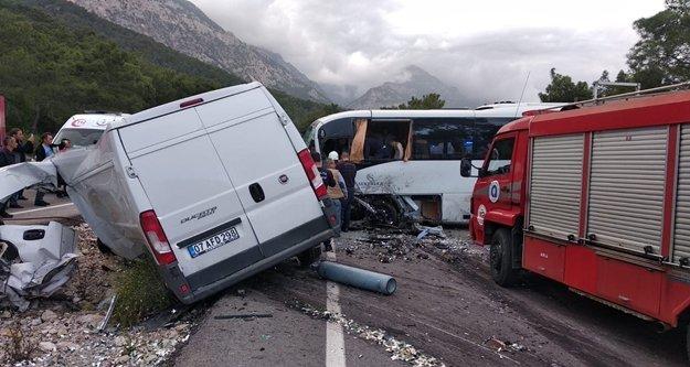 Otel personel servisi ile tüp yüklü minibüs çarpıştı: 1 ölü, 15 yaralı var