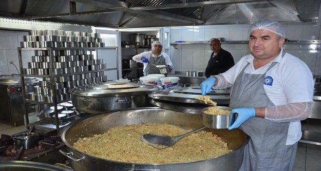 Büyükşehir Aşevi'nden 3 bin kişiye yemek servisi