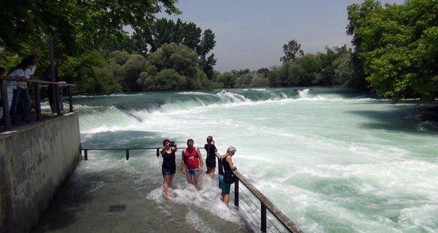 Manavgat şelalesinde su seviyesi yükseldi, turist bayram etti