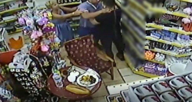 Agresif Rus turist girdiği markette köpeği tekmeleyip, iş yeri sahibine tekme attı