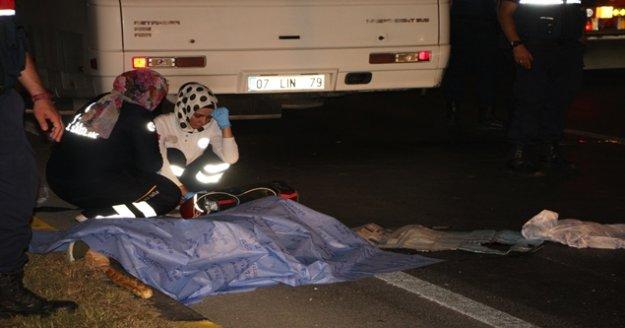 Kırmızı ışıkta geçen tur otobüsü motosiklet sürücüsünü ezdi: 1 ölü