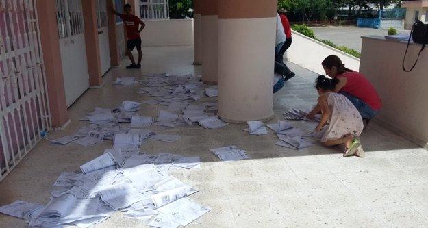 Sınav sonrası kitapçıklar yerlerde