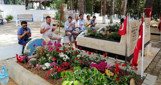 Toklu'dan şehit mezarlığına bayram ziyareti