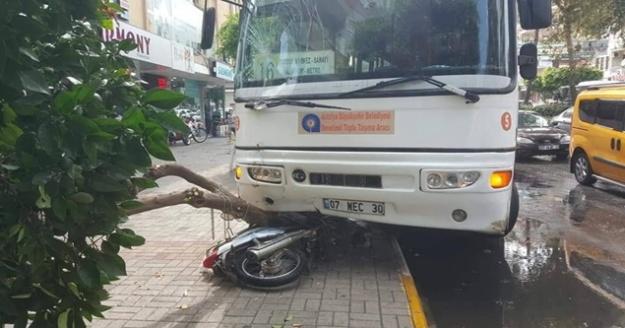 Alanya'da yağmurda kayan halk Otobüsü motosikleti ezdi
