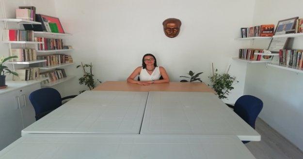 Kadın muhtar boş teslim aldığı muhtarlığa kütüphane yaptı