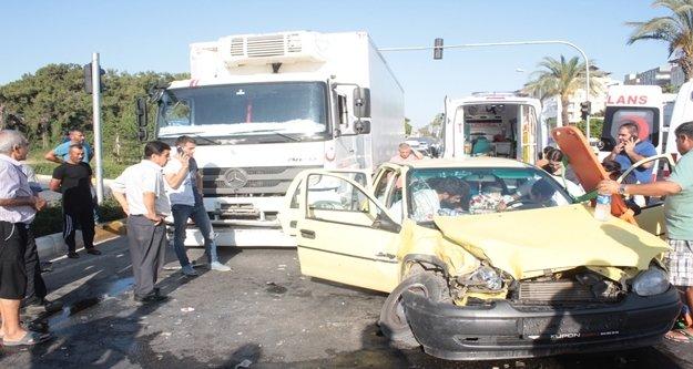 Kamyonla otomobil çarpıştı: 1'i ağır 2 yaralı