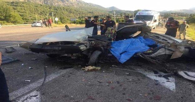 Yolcu otobüsü ile otomobil kafa kafaya çarpıştı: 2 ölü, 3 yaralı