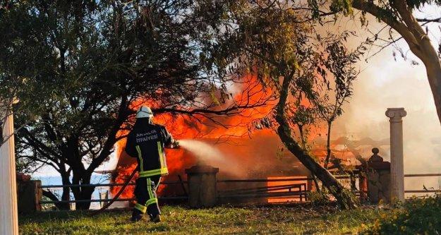 Alanya'da plaj büfe cayır cayır yandı