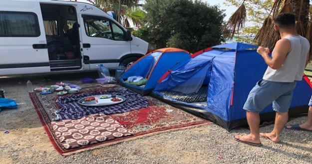 Alanya'da turistik plajlar çadır kente dönüştü