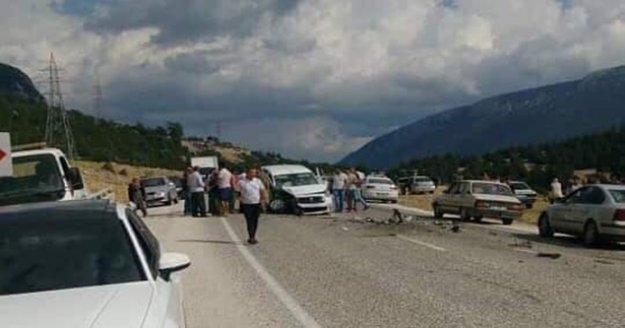 Antalya'da iki araç kafa kafaya çarpıştı: 6 yaralı
