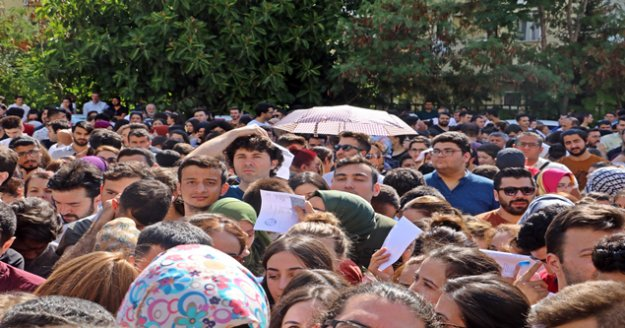 Antalya'da katiplik kuyruğu