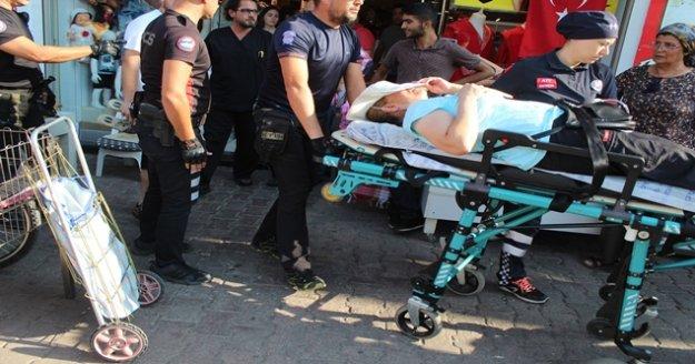 Kaldırımda yürüyen kadının üzerine pazar arabası düştü
