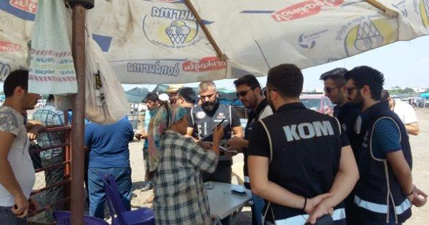 Polis, kurban pazarlarında 'sahte para uyarıcı kalem' dağıttı