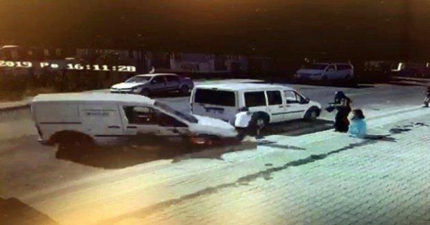 Ticari araçın çarptığı iki çocuk ölümden döndü