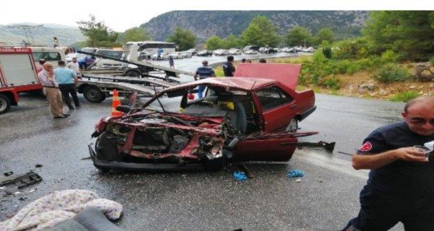 Yolcu otobüsü ile otomobil çarpıştı: 1'i ağır 5 yaralı var
