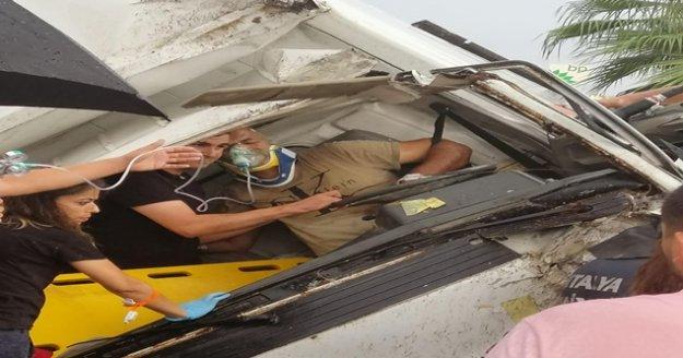 Aanya'da sıkıştığı araç içinde kurtarılmayı bekledi