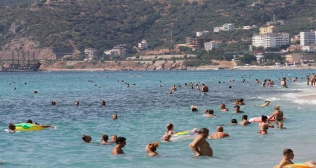 Alanya'da güneşli havayı fırsat bilenler plaja akın etti