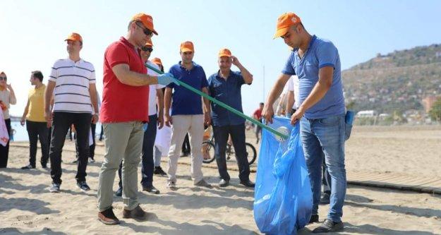 Başkan Yücel ve gönüllü çevreciler plajları temizledi