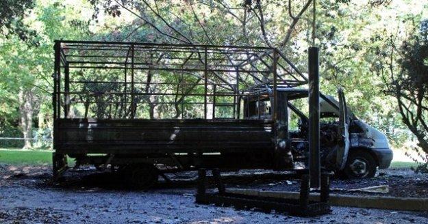 Belediye işçilerini taşıyan kamyonet alev alev yandı