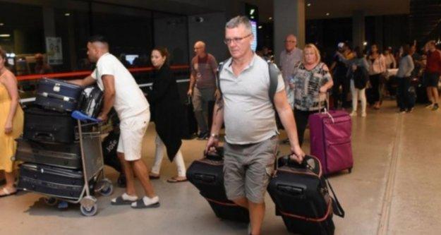 Thomas Cook misafiri 4 bin 920 turist Antalya'dan ülkelerine gönderildi