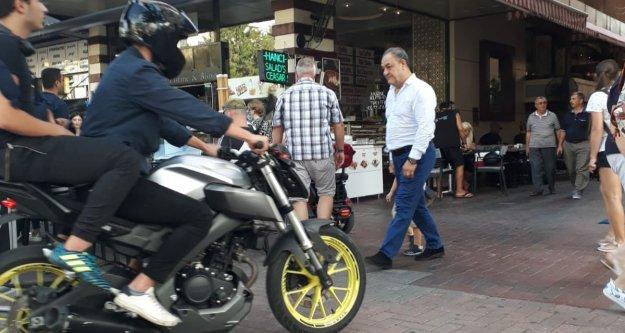 Alanya'nın kaldırımlarında motosikletin ne işi var?