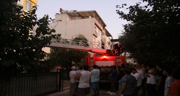 Balkondan giren itfaiye ekipleri, cesetle karşılaştı