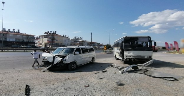 Servis midibüsü ile minibüs çarpıştı: 2 yaralı