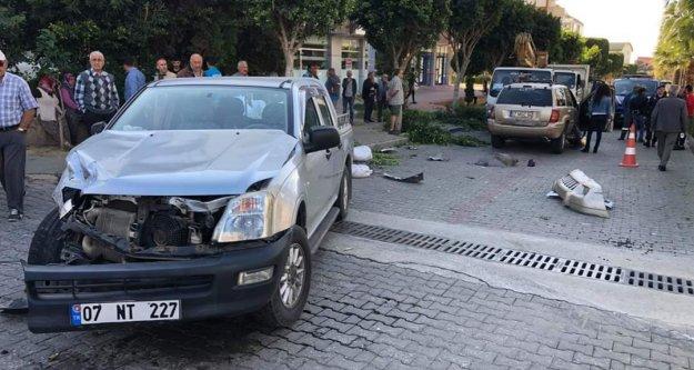 Alanya'da halkın sinyalizasyon istediği kavşakta 4 araç birbirine girdi