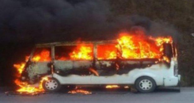 Alanya'da park halindeki minibüs cayır cayır yandı