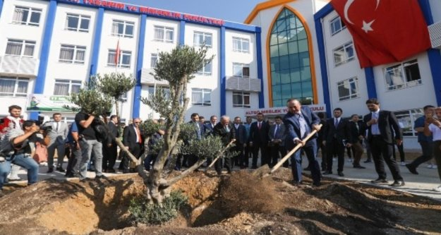 Bakan Çavuşoğlu Alanya'da 'Geleceğe Nefes' için ağaç dikti