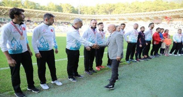 Maç öncesi Türkiye Şampiyonu Alanyalı öğretmenlere çiçek