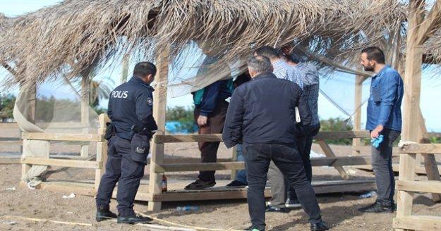 Polis ceset üzerinde çalışırken turistler kitap okuyup vatandaşlar balık tuttu